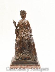 Estátua de bronze da donzela romana - estatueta clássica revestida de toga